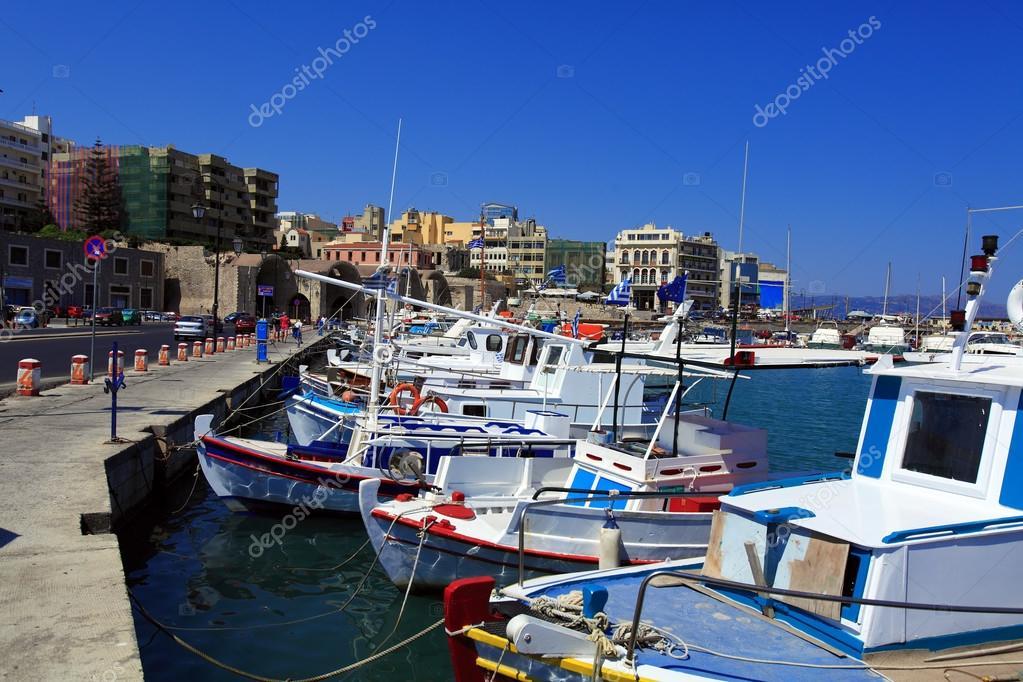 f7217d7518d5 Ηλιόλουστο σκηνή των αλιευτικών σκαφών και το χώρο περιπάτου του Ηρακλείου,  Κρήτη, Ελλάδα — Εικόνα από Rostislavv