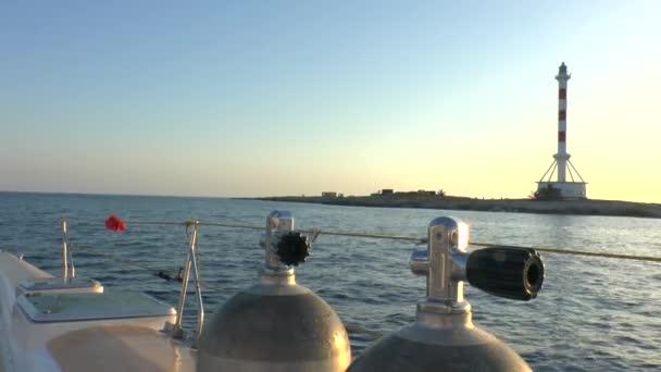 Potápěč pod vodou tanky a západ slunce