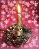 Dekorativní svíčka hořící na krásné pozadí