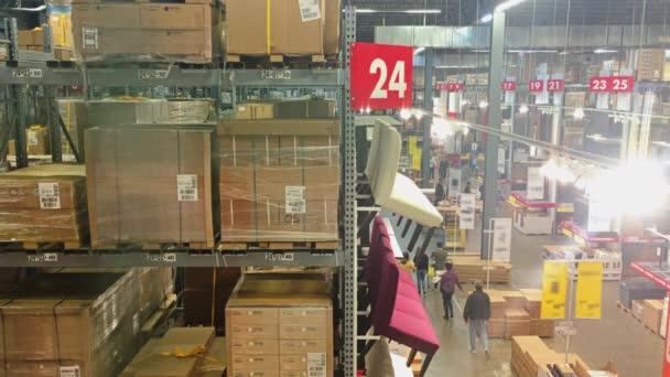 Nakupující v obchodě nábytek velký Box