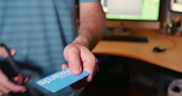 Detailní záběr na řezání člověka do jeho kreditní karty