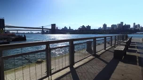Panorama Brooklynu a most při pohledu z mola 15 East River Esplanade