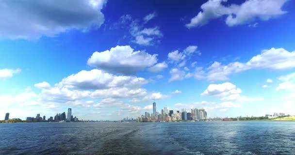 Panorama dolní Manhattan a Jersey City při pohledu ze Staten Island Ferry
