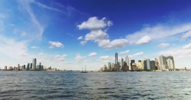 Skyline di Lower Manhattan e Jersey City come visto dal traghetto di Staten Island a New York Harbor