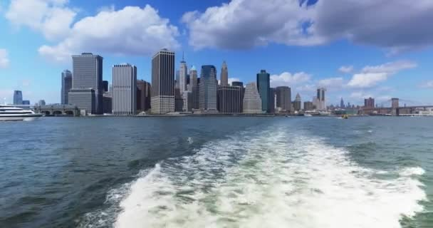 Pohled na panorama Manhattanu z East River Ferry