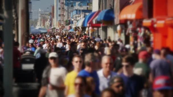 Zpomalený pohyb davu lidí na slavné Venice Beach Boardwalk