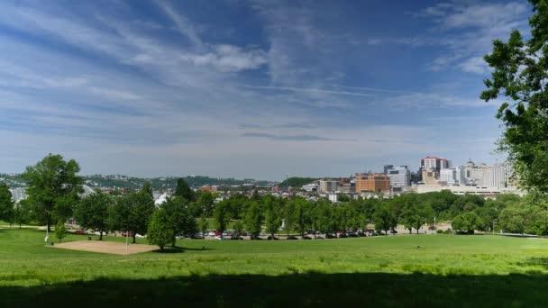 Un grandangolo che istituisce colpo di Oakland e la città di Pittsburgh, come si vede dalla Schenley Park