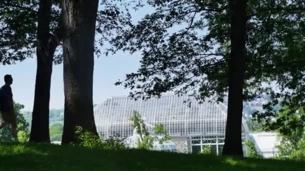 Pittsburgh, Pa - cca květen, 2015 - siluetu student chodí kolem Phipps Conservatory a botanické zahrady v Schenleyslkém parku.
