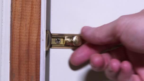 κλείδωμα και ξεκλείδωμα deadbolt στη μπροστινή πόρτα ενός σπιτιού
