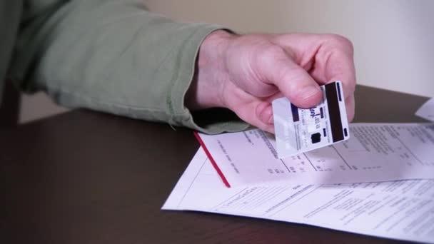 muž škrty se kreditce