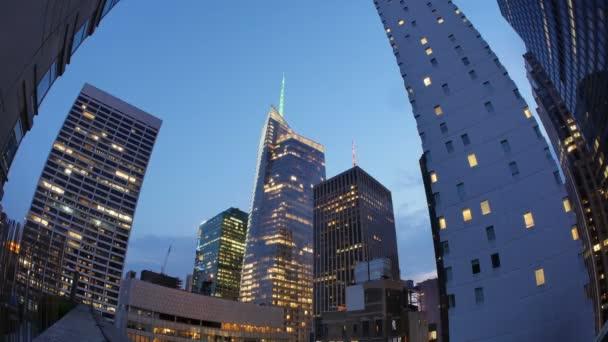 ein Zeitraffer Tag-Nacht-Ansicht der Bank of America Tower in New York City.