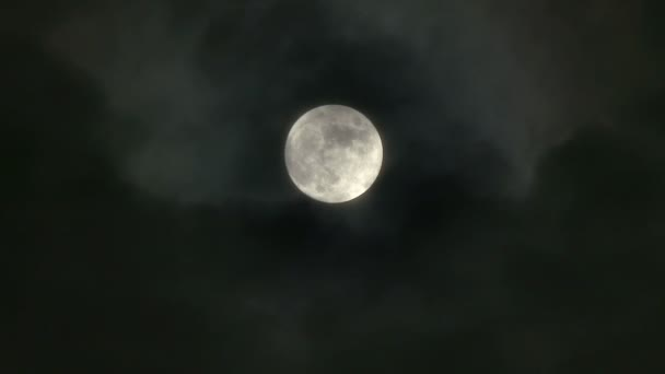 4 k úplňku skutečné noční obloha s předáním mraky