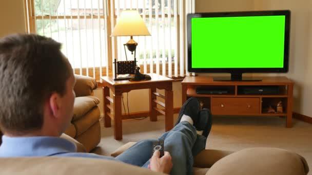 4 k muž doma sleduje televizi a Surfačské Surfs