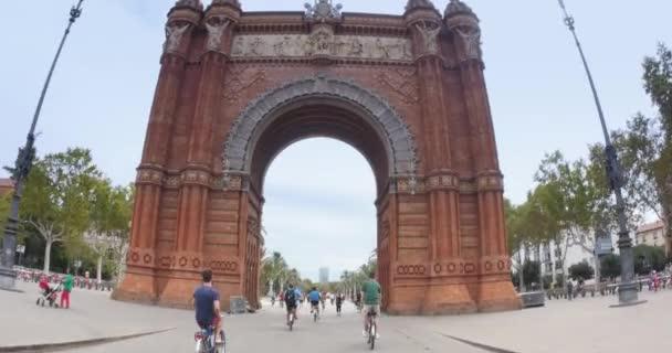Tourists on bike past the Arc de Triomf
