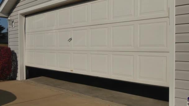 Otevírá dveře garáže