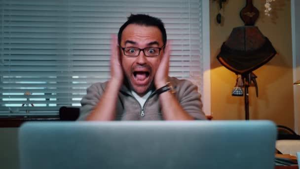 Opakování šokovaný muž na počítači