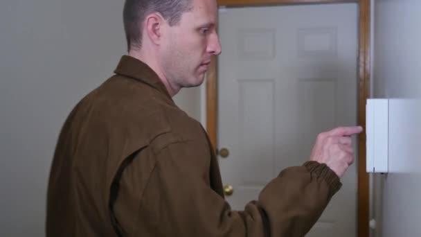 Muž zbrojí svou domácí bezpečnostní systém