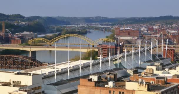 Che istituisce il colpo alzando il fiume Allegheny in Pittsburgh