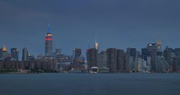 Večerní záběr na panorama Manhattanu, viděn z východní řeky.