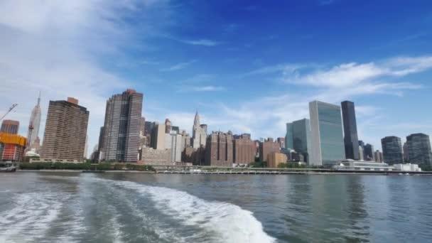 Uno scatto diurno dello skyline di Midtown Manhattan visto dallEast River Ferry.