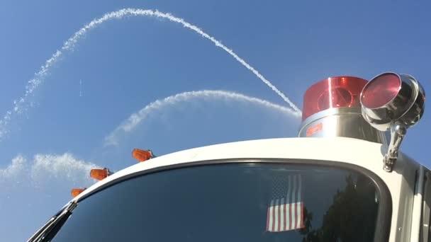 Firetrucks zobrazí sílu svých vodních trysek v Mon Wharf v Pittsburghu. Střílel na 120fps slow motion