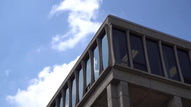 Obecný den, který vytváří záběr rohové kancelářské budovy.