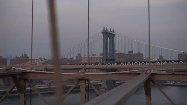 POV chůzi přes Brooklynský most