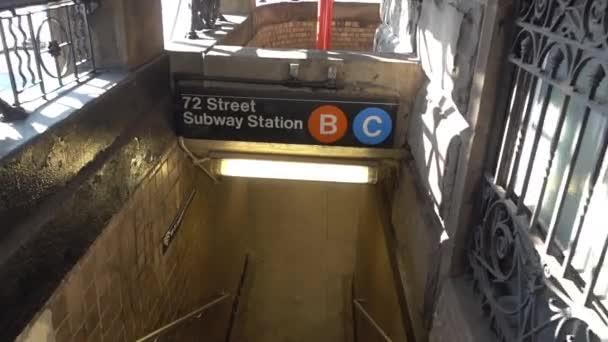 Vstupu do stanice metra pod Dakota