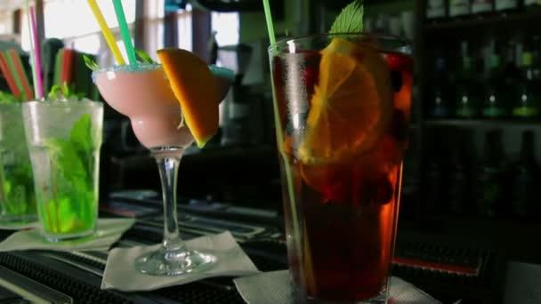 Dolly Shot von vier erfrischenden Cocktails an der Bar