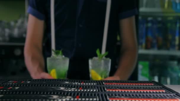 Barkeeper legt zwei frische Cocktails an der bar