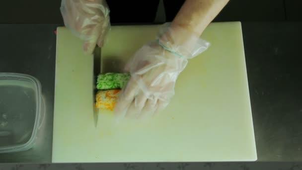 Šéfkuchař krájení sushi rohlíky