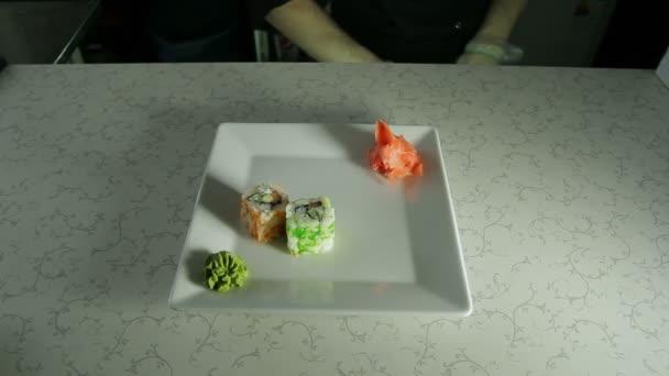 cucinare involtini di sushi giapponese su un piatto di servizio video stock 69719697