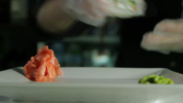 cucinare involtini di sushi giapponese su un piatto di servizio video stock 69719765