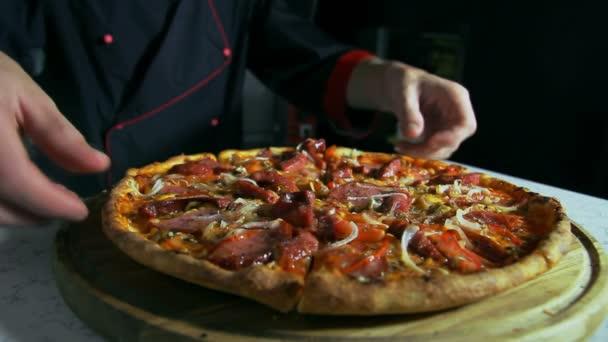 Pizzaiolo připravuje pizzu za porci