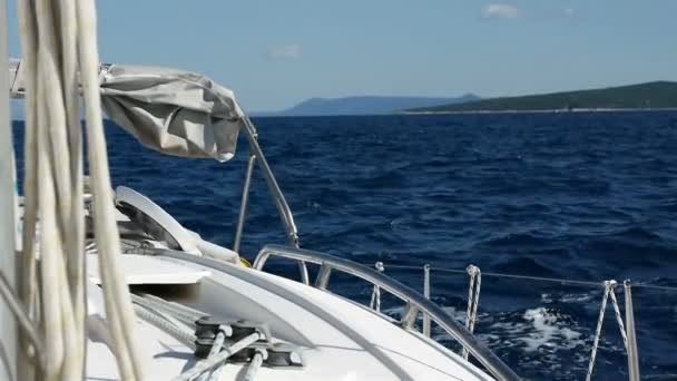 Plachtění v modré moře