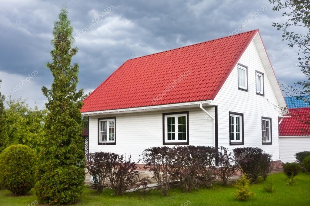 Landhaus Mit Rotem Dach Und Garten Und Dunkle Wolken U2014 Stockfoto