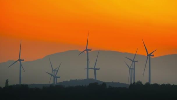 Sonnenuntergang und Turbinentürme