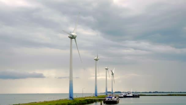 zatažené oblohy a větrné energie farma
