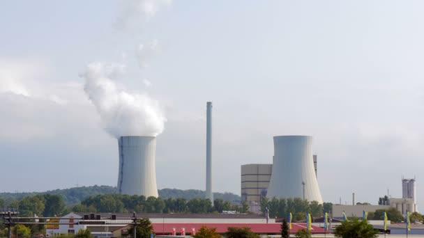 Průmyslová krajina s chladící věže elektrárny tepelné