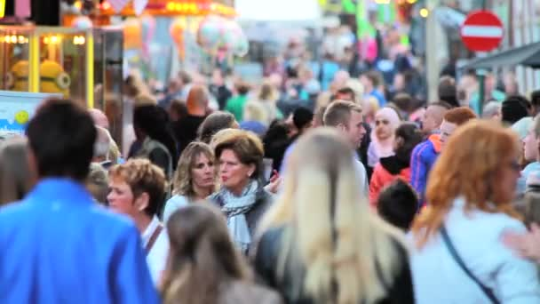 Lidé navštěvující roční lunapark v Hoornu