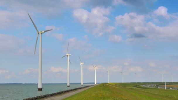 krajina s rotující větrné turbíny