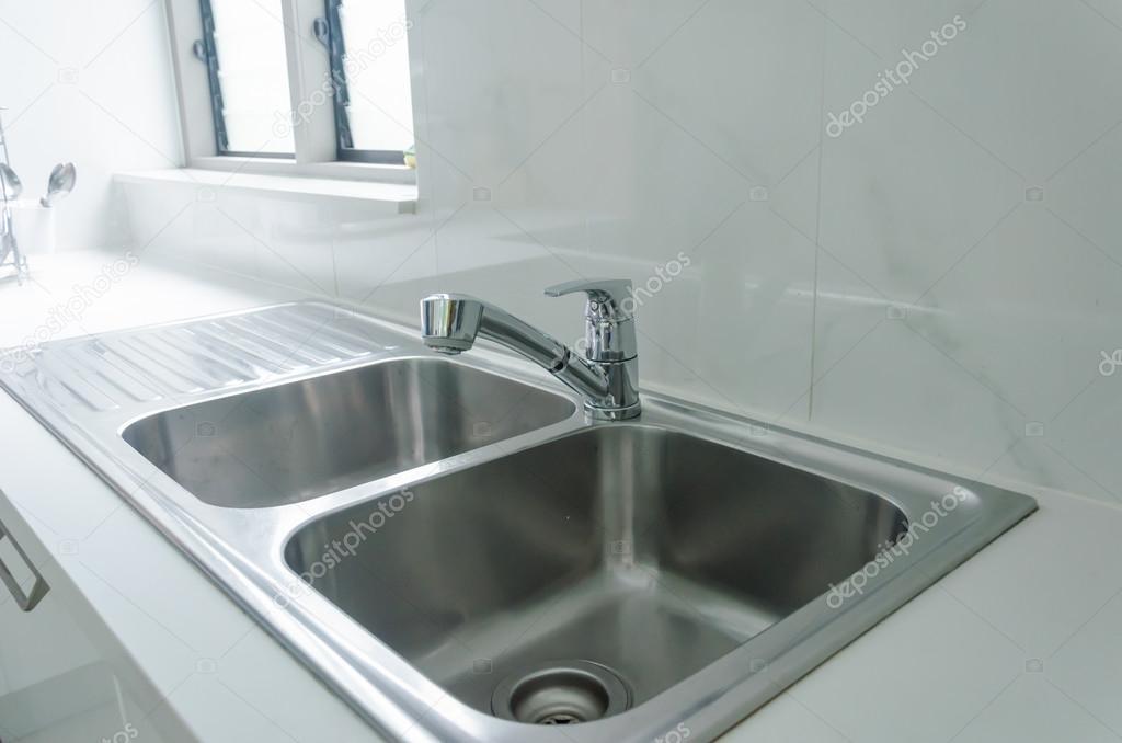 moderne Küche Spüle — Stockfoto © aoo8449 #122236772
