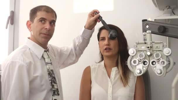 Optik s pacientem při zkoušce kryt