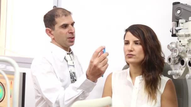 Optik s pacientem na klinice oči