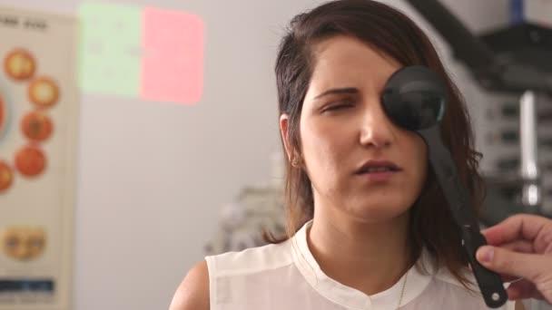 Žena selhat oční kryt test