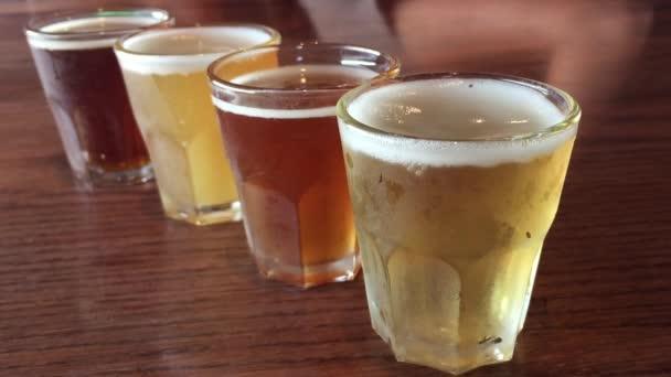 Řadu pivních sklenic