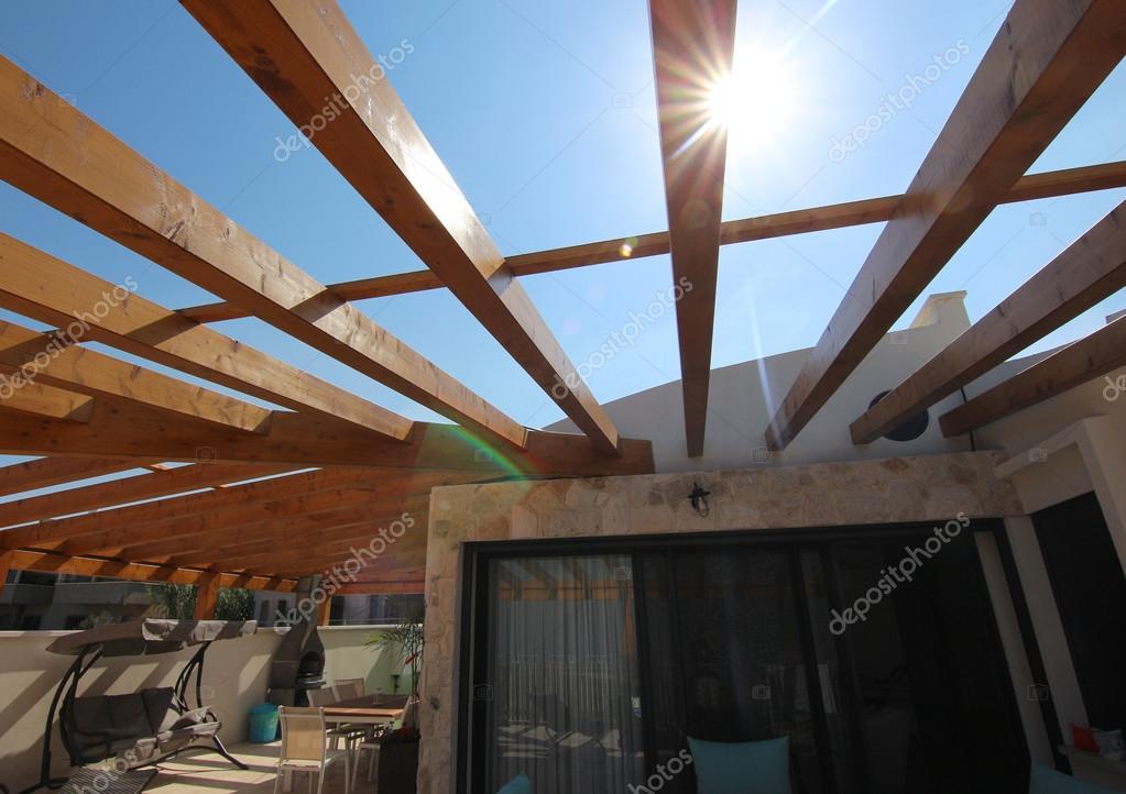 Houten pergola op het dak van een villa u stockfoto