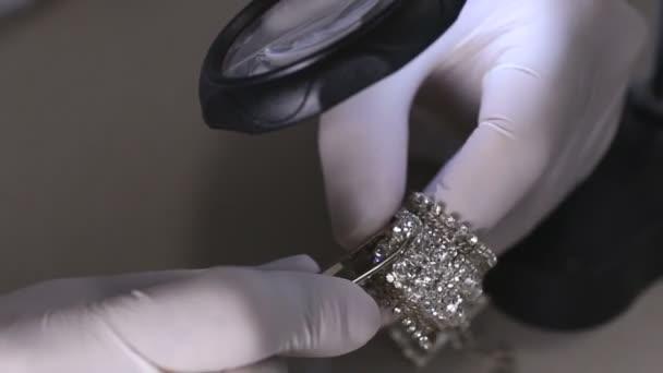 Diamond náramek v práci