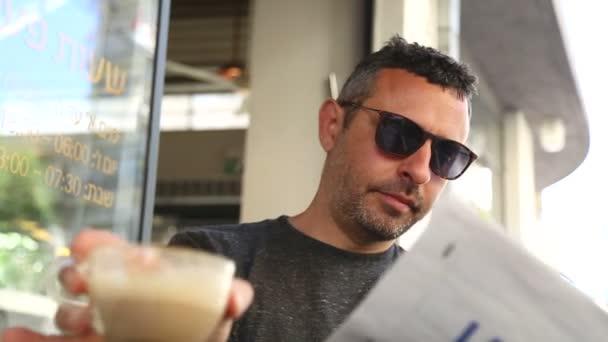 Člověk si noviny a káva