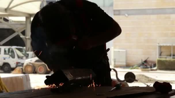 Svařování kovů v továrně